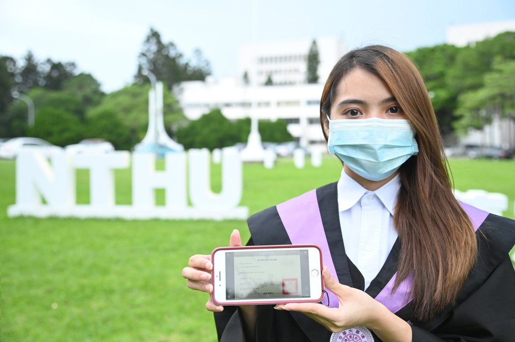 清大今年的畢業生張善恆用手機就可以查看數位學位證書。圖/清大提供