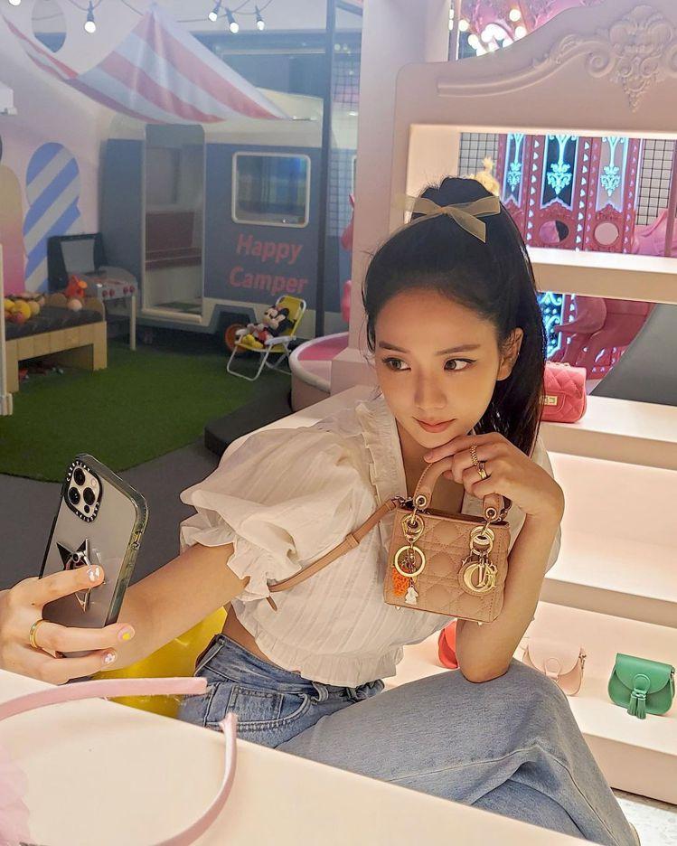 Jisoo選用Lady Dior micro玫瑰粉籐格紋小羊皮提包,10萬元。圖...