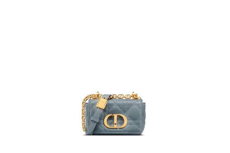 Dior Caro micro迷濛藍籐格紋小牛皮翻蓋包,74,000元。圖/DI...