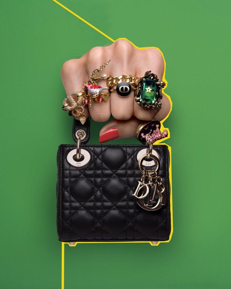 Lady Dior micro純黑色籐格紋小羊皮提包,10萬元。圖/取自IG