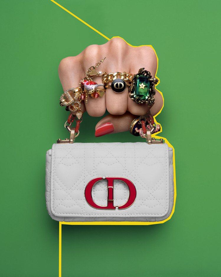Dior Caro micro白色小牛皮雙色鍊帶翻蓋包,82,000元。圖/DI...