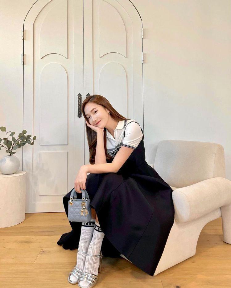 Jessica以公主風演繹Lady Dior micro迷濛藍籐格紋小羊皮提包,...
