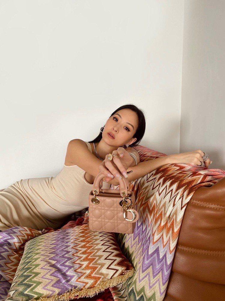 孫芸芸詮釋Lady Dior micro玫瑰粉籐格紋小羊皮提包,10萬元。圖/取...