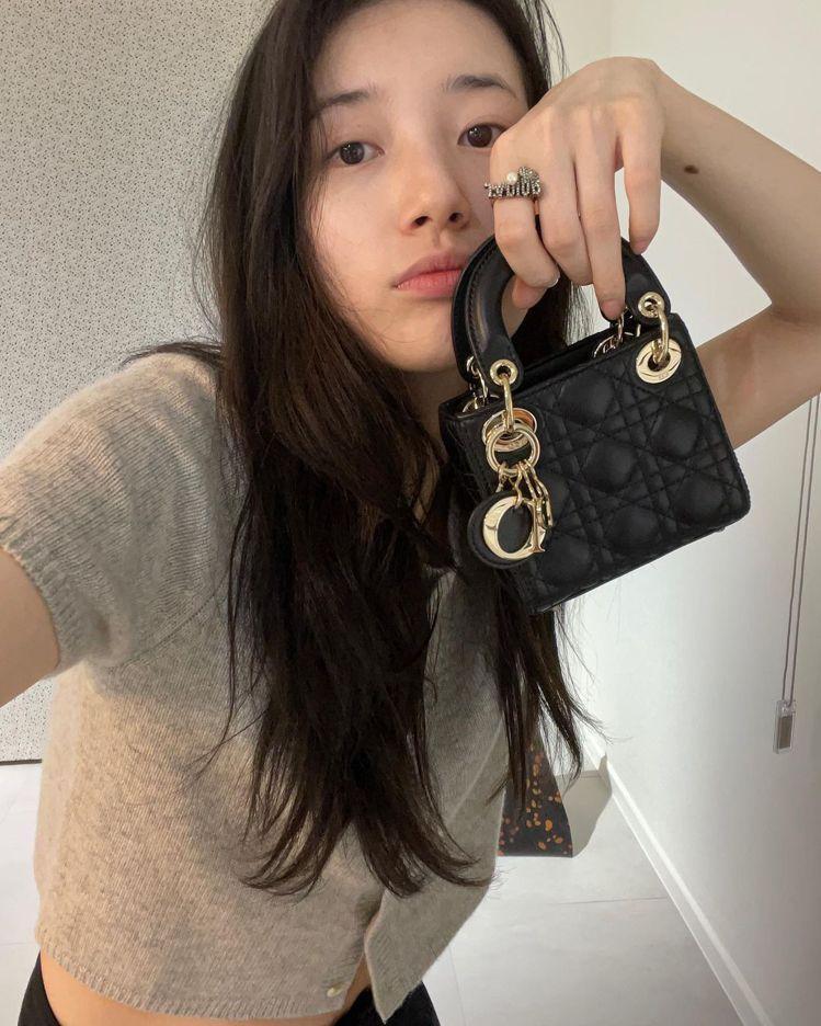 秀智拎著Lady Dior micro純黑色籐格紋小羊皮提包,10萬元。圖/取自...