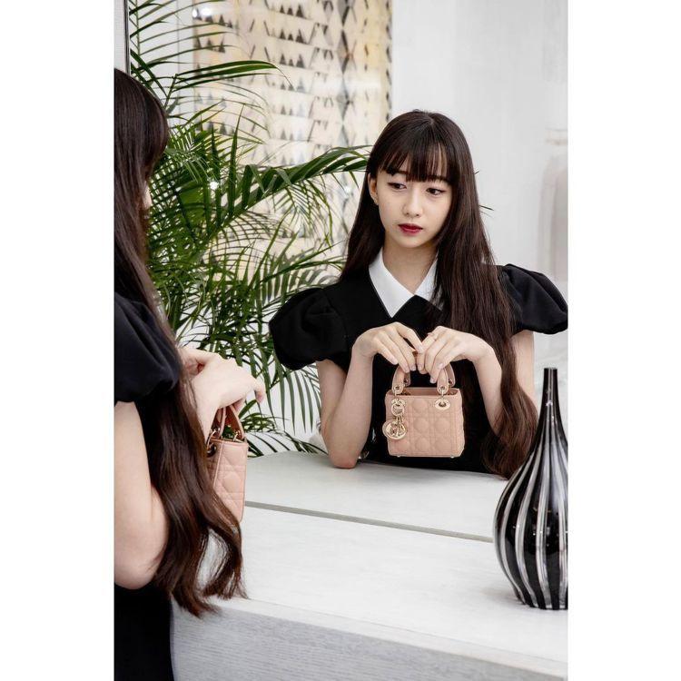 木村心美以優雅姿態演繹Lady Dior micro玫瑰粉籐格紋小羊皮提包,10...