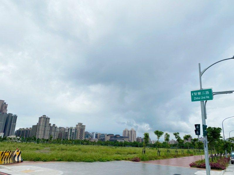 新竹縣政府投入11億4千餘萬元,在國際AI智慧園區內籌建佔地約2.7公頃的勝利國中,預計2022年8月一期校舍竣工。圖/新竹縣政府提供