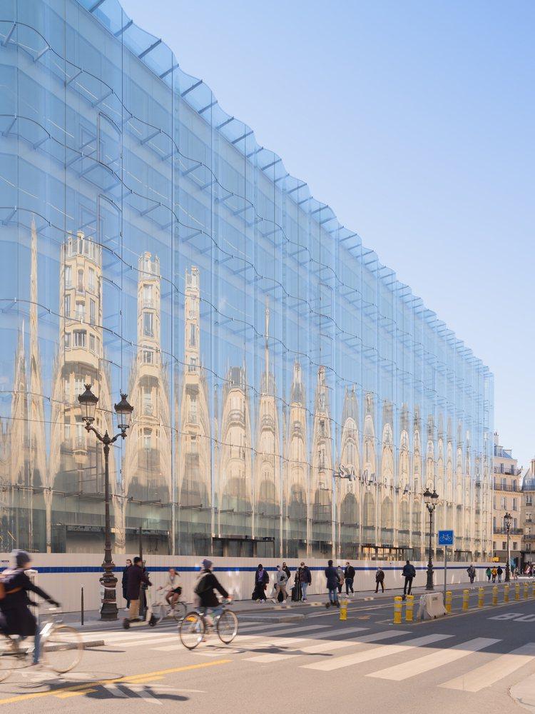 巴黎莎瑪麗丹的建築一側的流動玻璃外牆,是建築大師妹島和世、西澤立衛的創意之作。圖...