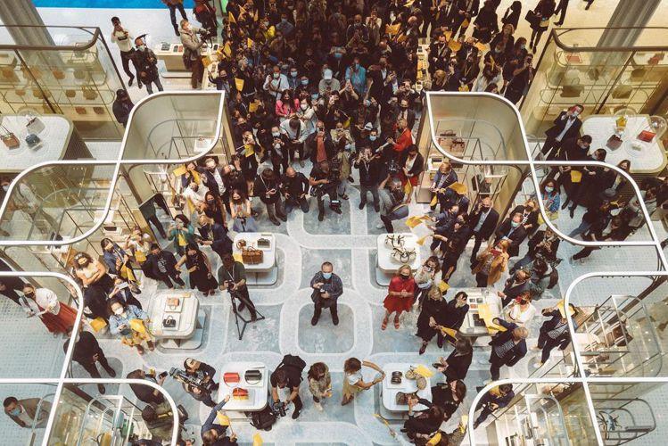 巴黎莎瑪麗丹百貨開幕當天,湧進歡樂的人們。圖/取自IG