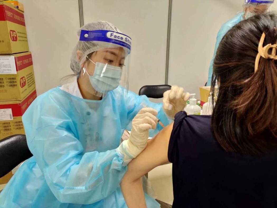 孕婦今在中國醫藥大學附設醫院接種疫苗的情況。圖/中國附屬提供