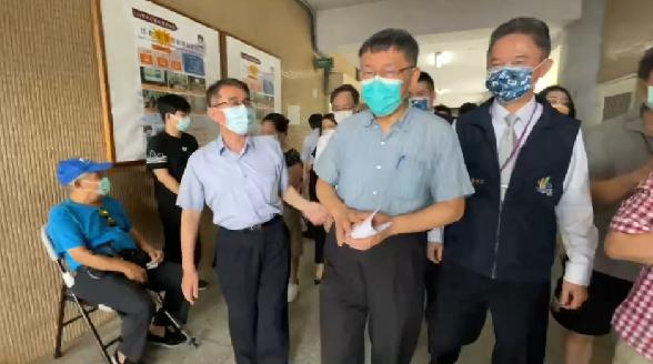 台北市長柯文哲今天上午視察信義國中疫苗接種站,除了視察現場的平板系統建置,也慰問...