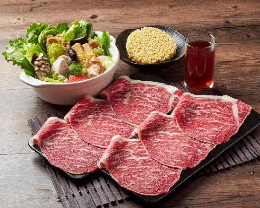 和牛涮主打「極上和牛生鮮鍋」,讓民眾在家也能吃鍋。圖/王品提供