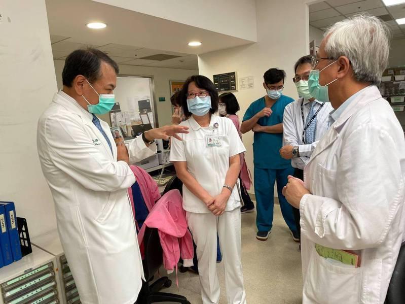 恩主公醫院長吳志雄(左)表示對於外界任何指教院方都願意接受。圖/取自恩主公醫院臉書