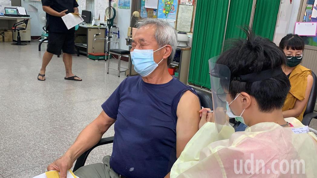台南農產運銷公司供應人跟攤商今天在新化衛生所注射疫苗。記者吳淑玲/攝影