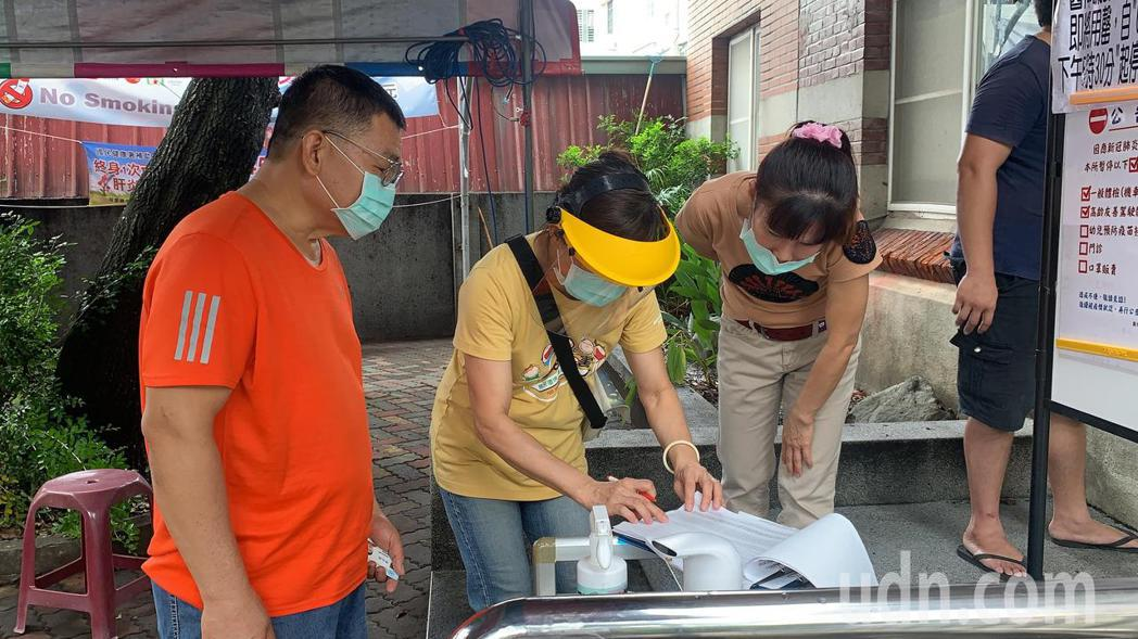 台南農產運銷公司供應人跟攤商今天在新化衛生所注射疫苗,有攤商不在名單內被拒打。記...