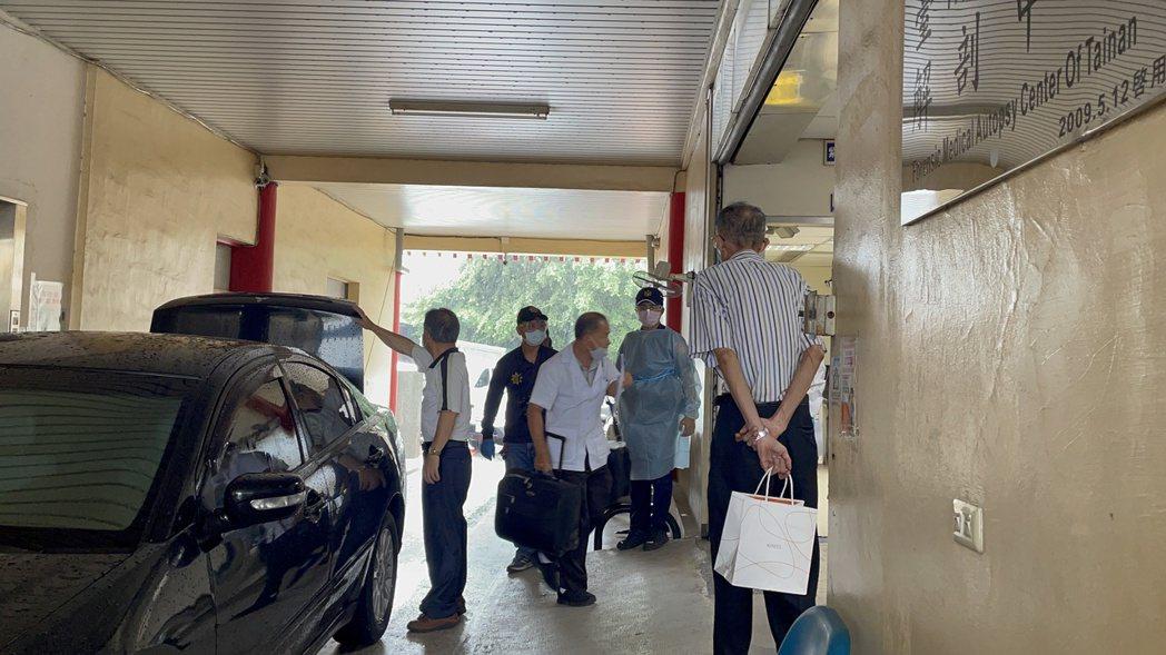 台南地檢署指出,經解剖採擷檢體後送驗,待報告出爐,釐清與施打疫苗有關。圖/本報資...