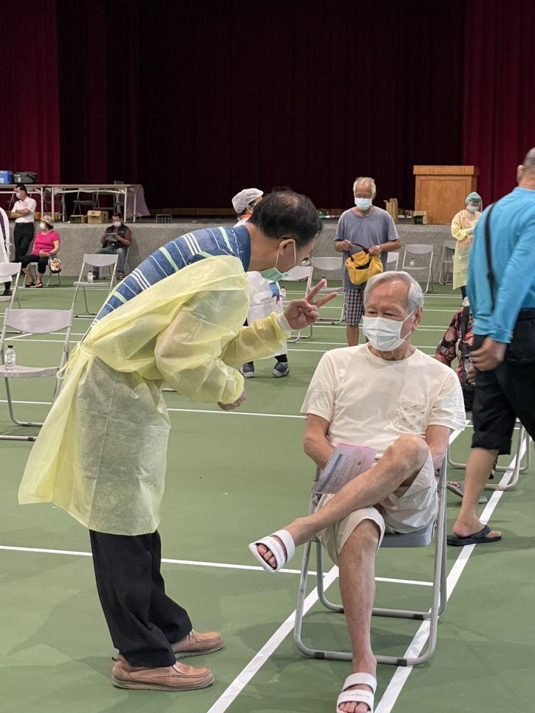 高雄市美濃區美濃國中大型接種站工作人員非常親切,獲得長者及家屬肯定。圖/高雄市客...