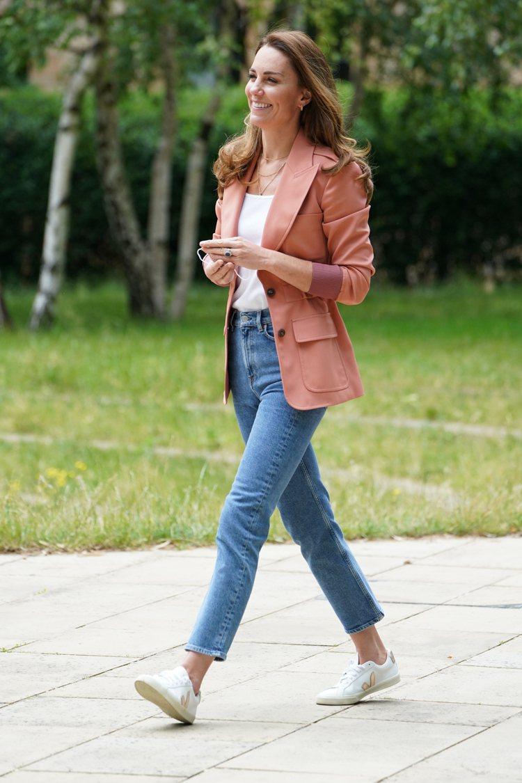 凱特王子妃前往倫敦自然史博物館時,身穿RALPH LAUREN短袖上衣、&...