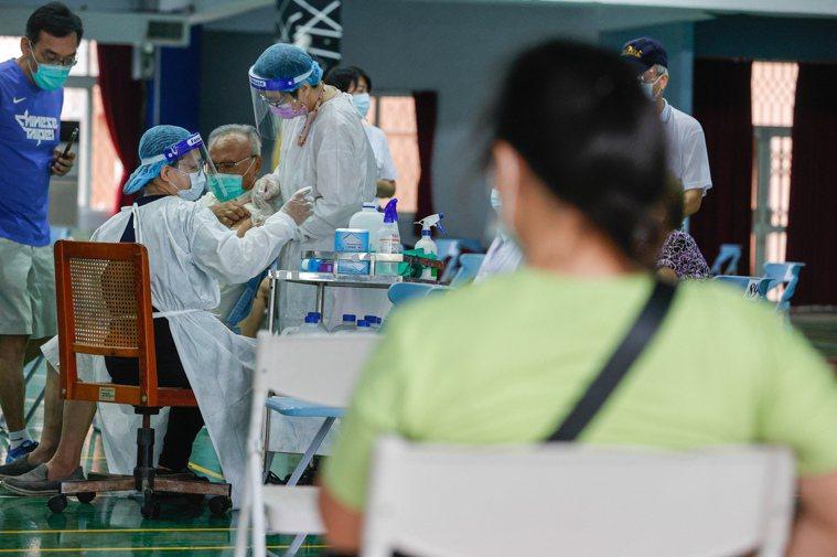家庭照顧者關懷總會今呼籲中央流行疫情指揮中心,新冠疫苗的接種第五類應該要增列「符...