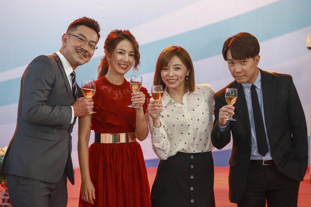 江俊翰(左起)、黃瑄、王瞳、許仁杰「多情城市」最終回一家和樂團聚。圖/民視提供