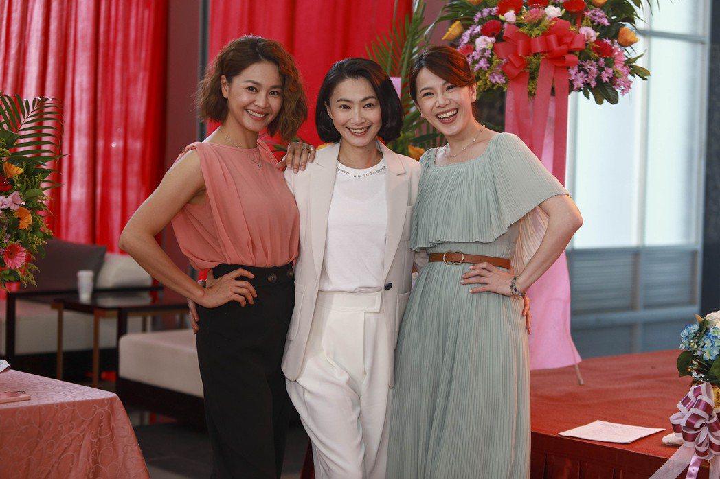 張䕒心(左起)、侯怡君、廖苡喬開心拍攝「多情城市」最終回。圖/民視提供