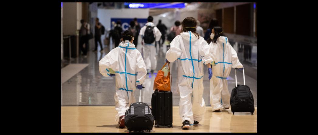 圖為桃園機場身著防護衣準備搭機出境的旅客。聯合報系資料照
