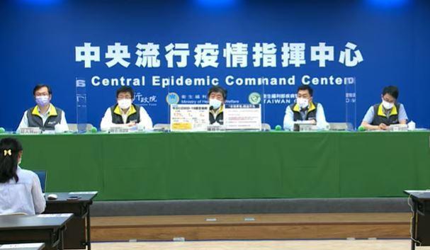 中央流行疫情指揮中心發言人莊人祥(左起)、疫情監測組組長周志浩、指揮官陳時中、副...