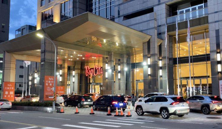巨城每日中午及晚餐尖峰時段,快速取餐車潮。圖/巨城提供