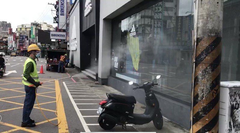 台中市環保局人員在逢甲運動用品周邊消毒。圖/台中市環保局提供