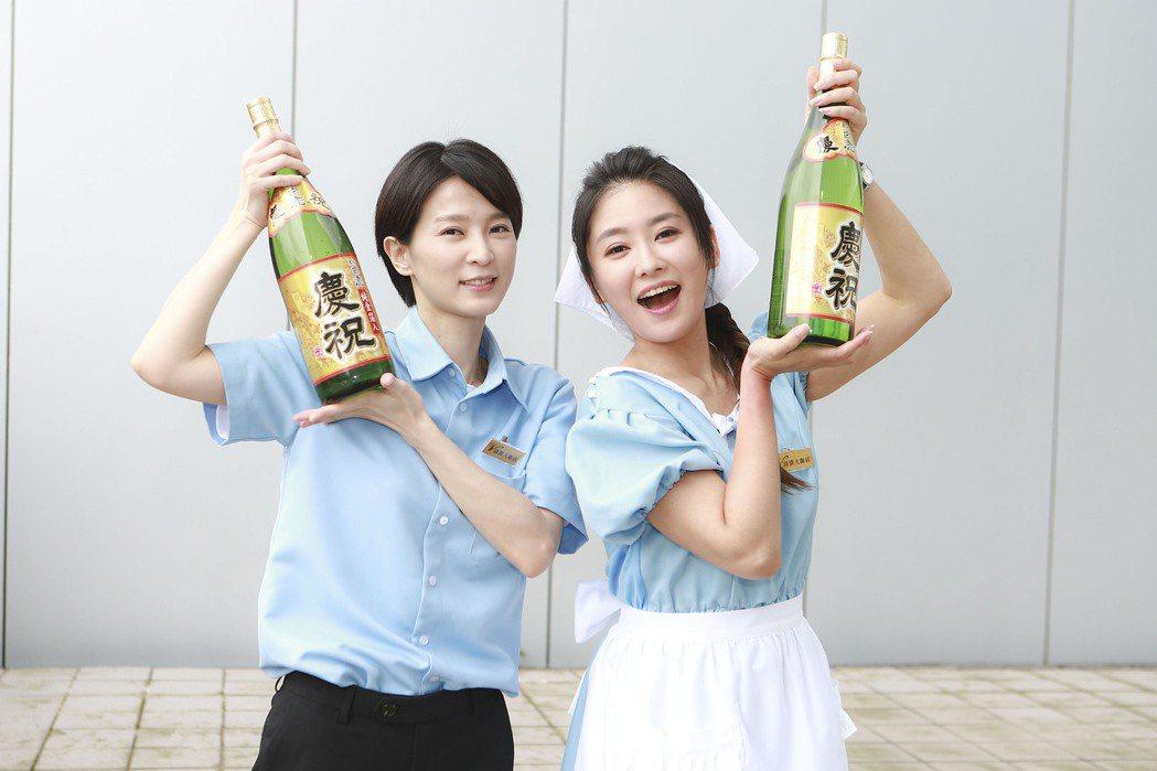 楚宣(左)、葉家妤慶祝新戲「黃金歲月」收視第一。圖/民視提供  ※ 提醒您:禁止...