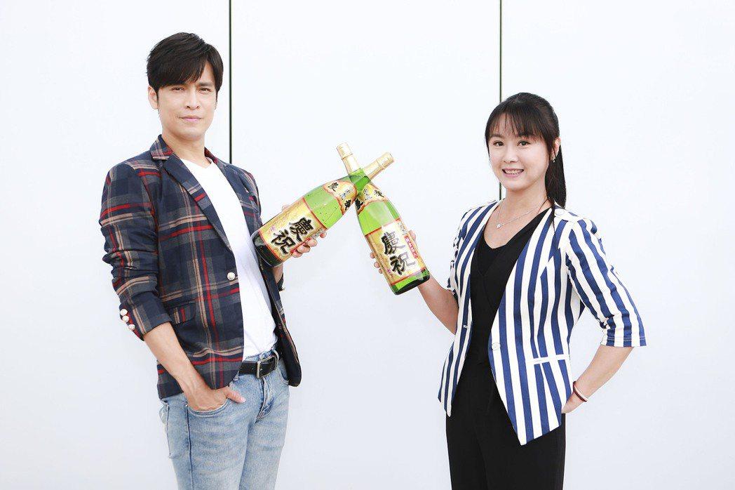 「黃金歲月」Gino(左)、陳妍安開心慶收視。圖/民視提供  ※ 提醒您:禁止酒...
