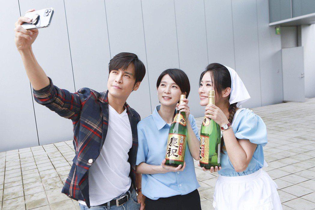 Gino(左起)、楚宣、葉家妤開心自拍。圖/民視提供  ※ 提醒您:禁止酒駕 飲...