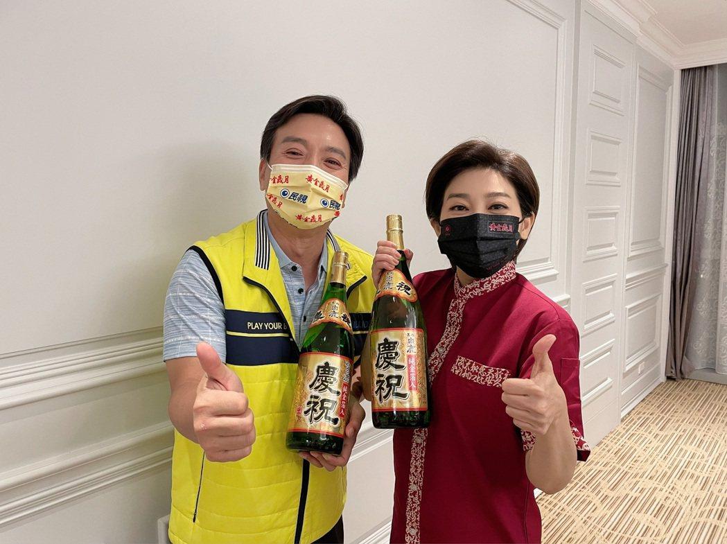 王彩樺(右)、王中平在「黃金歲月」飾演夫妻檔。圖/民視提供  ※ 提醒您:禁止酒...