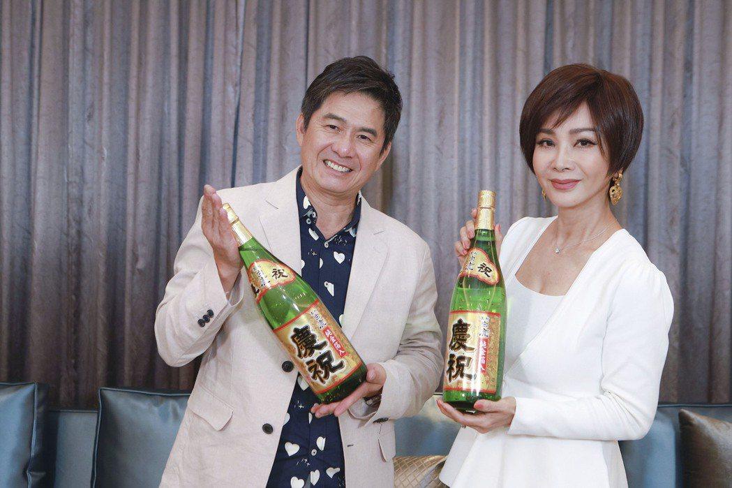 洪都拉斯(左)、陳美鳳開心拿黃金清酒慶祝新戲「黃金歲月」收視開紅盤。圖/民視提供