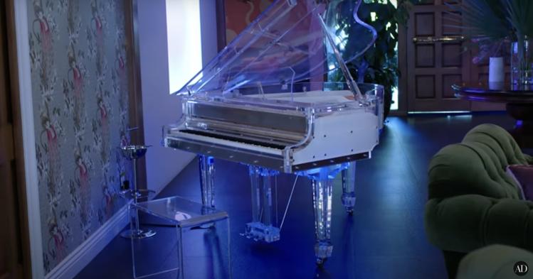 接待廳裡放著一架透明的鋼琴和遊戲機台,Cara自曝平常一個人在家會裸體彈琴。圖/...