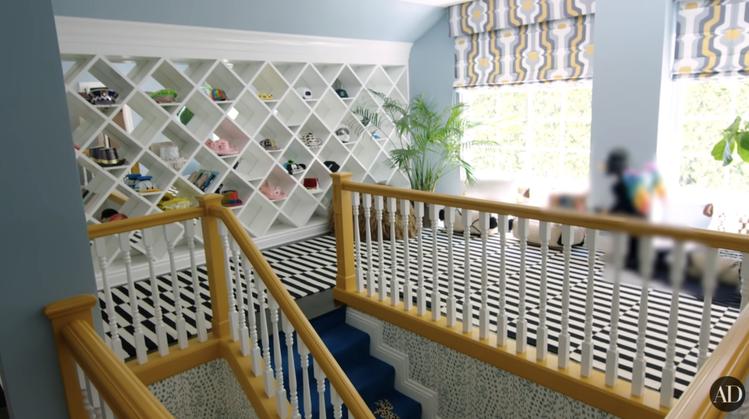 在二樓還有一整面的帽子牆和一個變裝小空間,可以讓造訪的客人試戴試玩。圖/摘自Yo...