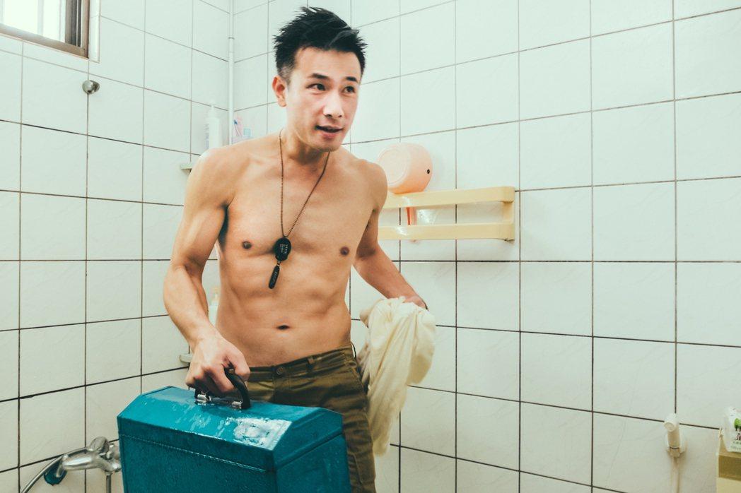 傅子純最害羞在眾人面前剃胸毛。圖/民視提供