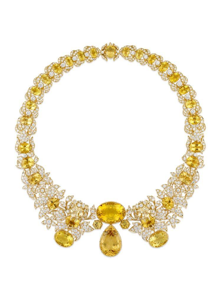 GUCCI,獅頭黃金鑲鑽項鍊,鑲嵌黃色綠柱石,價格店洽。圖 / GUCCI提供。