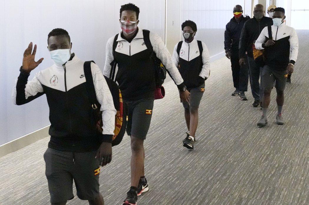 烏干達東京奧運選手田19日飛抵日本東京附近成田機場。美聯社
