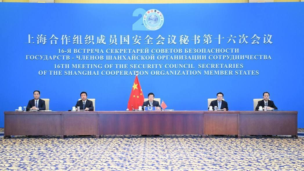 大陸國家安全部副部長董經緯(右一) 現身參加會議。(新華社)