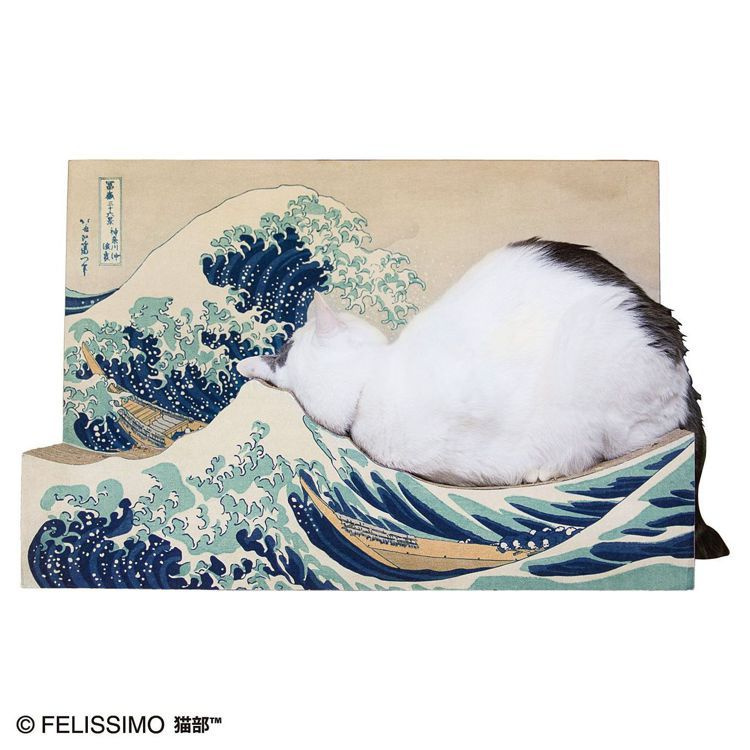 貓主子躺在神奈川沖浪裏的貓抓板上,饒富趣味。圖/摘自felissimo貓部網站