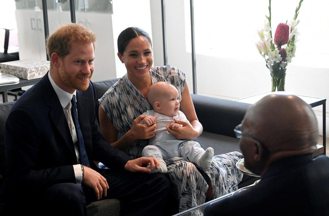 英國哈利王子、妻子梅根與兒子亞契2019年合影。每日電訊報23日獨家報導,哈利與...