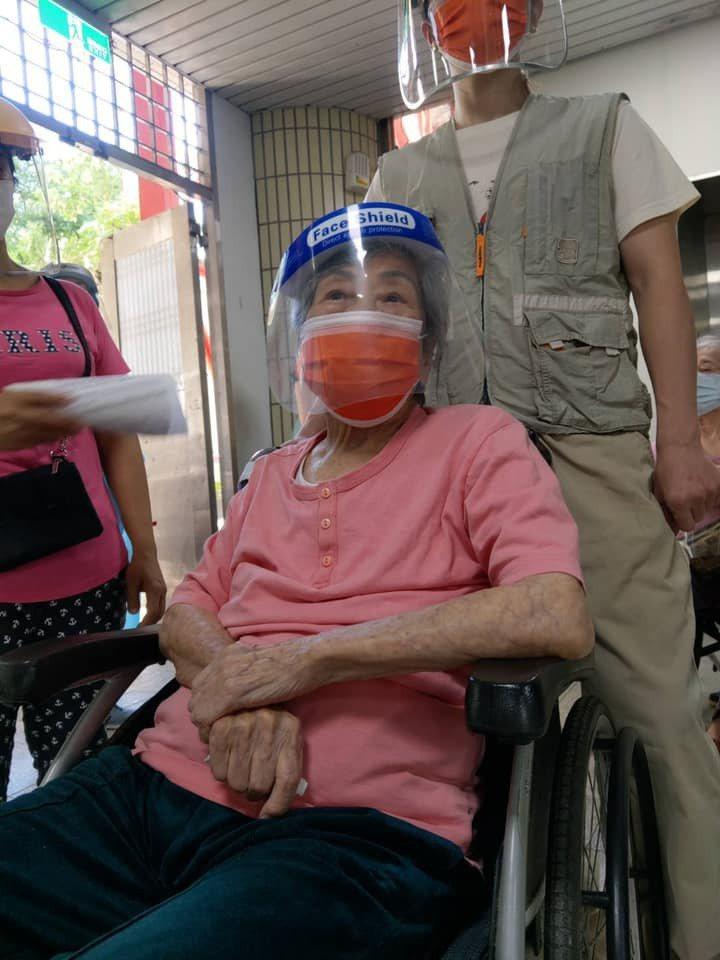 劉至翰的102歲奶奶打AZ疫苗目前沒有不良反應。圖/摘自臉書