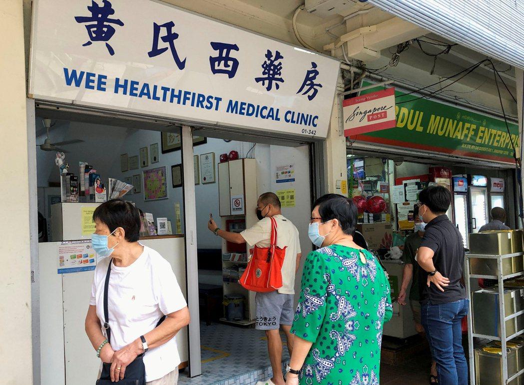 新加坡民眾排隊接種疫苗。路透