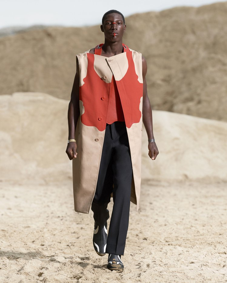 抽象印花、無袖長版剪裁,表現男裝更多可能性。圖/BURBERRY提供