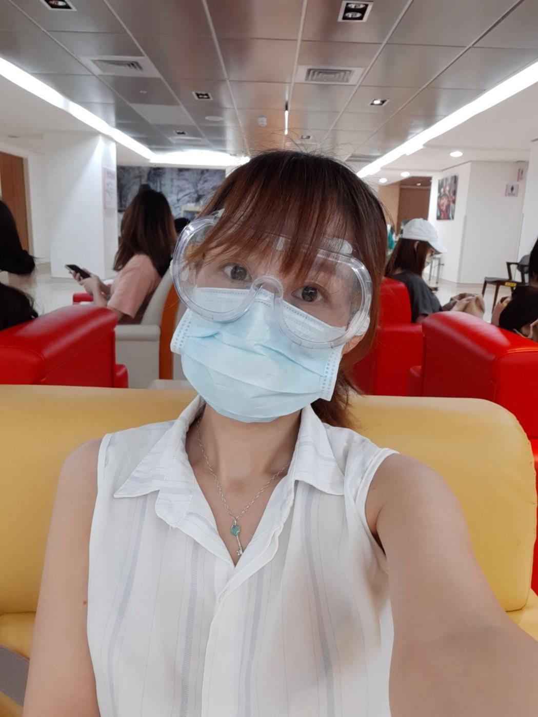 台視主播陳家頤懷孕打疫苗,戴上防護鏡加兩層口罩。圖/陳家頤提供