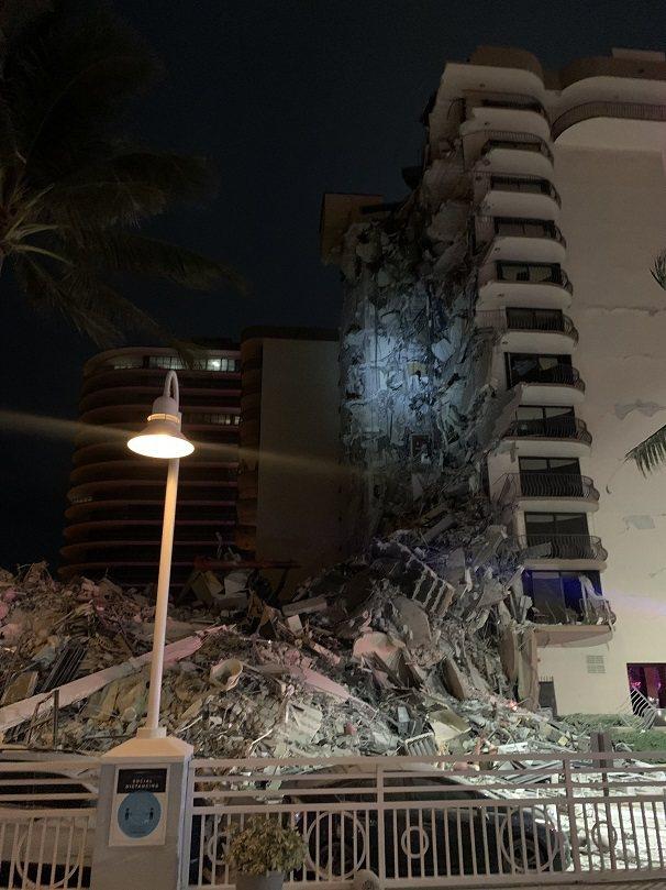 美國佛羅里達州邁阿密灘24日凌晨發生一動建築物局部倒塌,邁阿密達德郡消防隊已出動...