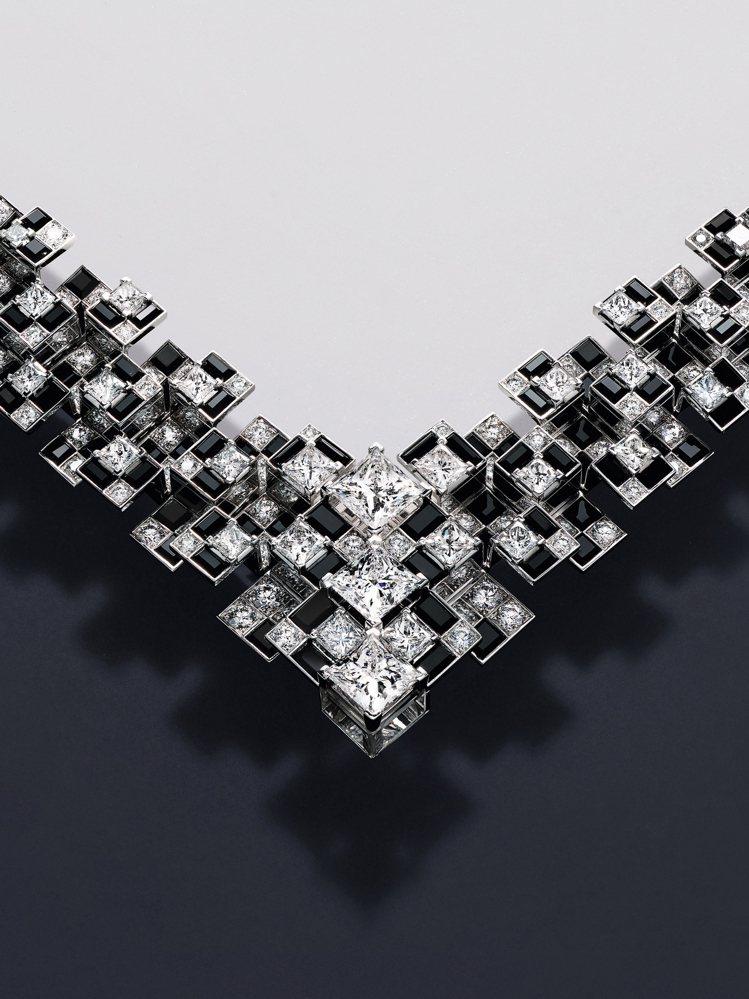Meride項鍊以鑽石、縞瑪瑙和天然水晶勾勒出棋盤圖案。圖/卡地亞提供