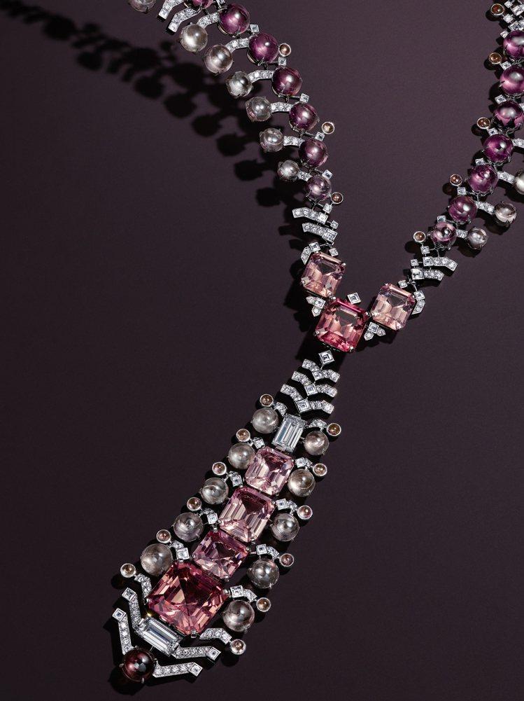 Sharkara項鍊以組合碧璽和剛玉的粉紅雙色調,綴以亮橙色石榴石和璀璨鑽石。 ...