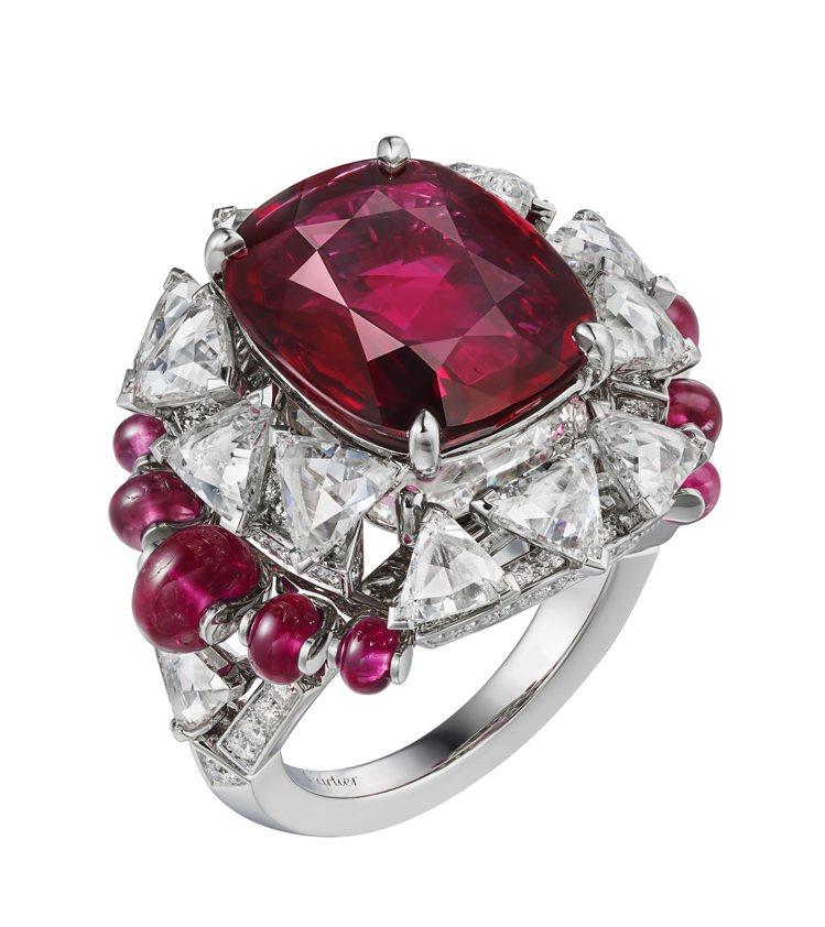 Phaan戒指在8.20克拉紅寶石主石下方鑲嵌一顆重達4.01克拉的玫瑰式切割鑽...