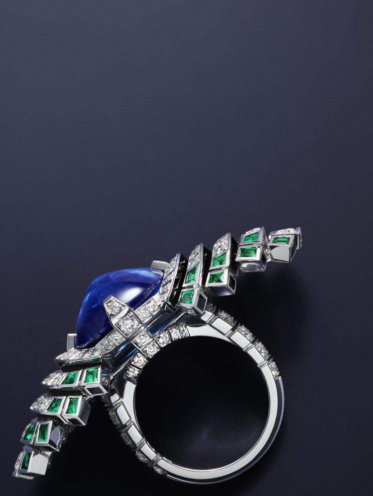 Parhelia戒指以祖母綠襯托中央21.51克拉的飽和藍色凸圓形藍寶石。圖/卡...